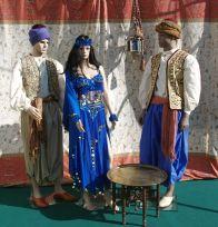 Figuren mit stilvollen Kostümen